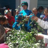 На территории Новопетровского СДК где проходил праздник Троицы, было ярко и необычно.